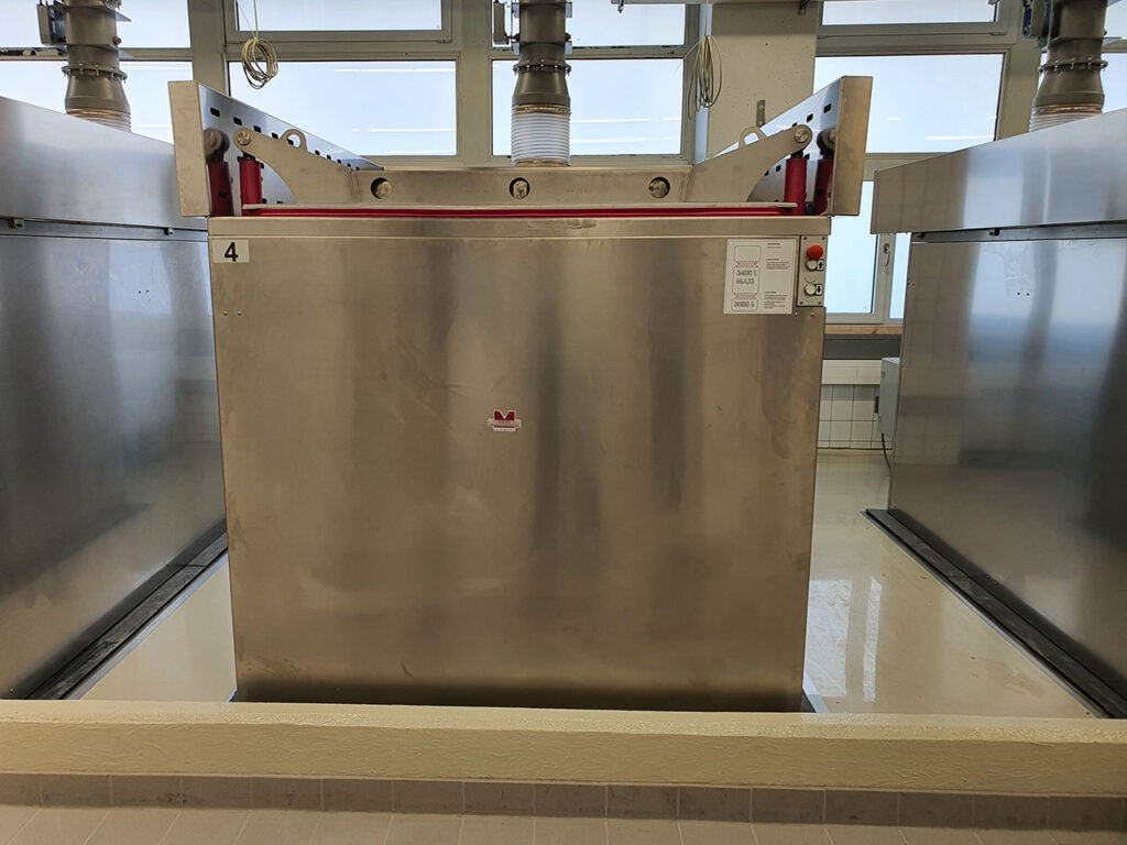 MEDIS hydraulic operated preservation cuvette incl. 6 donor-bodies. Loading / unloding by lifter-trolley by one person only. Extraction modules on both sides